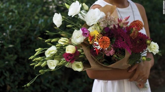Những bó hoa được sắp xếp một cách tự nhiên chứ không theo khuôn mẫu hình khối nhất định - Dịch vụ hoa tươi Hà Nội